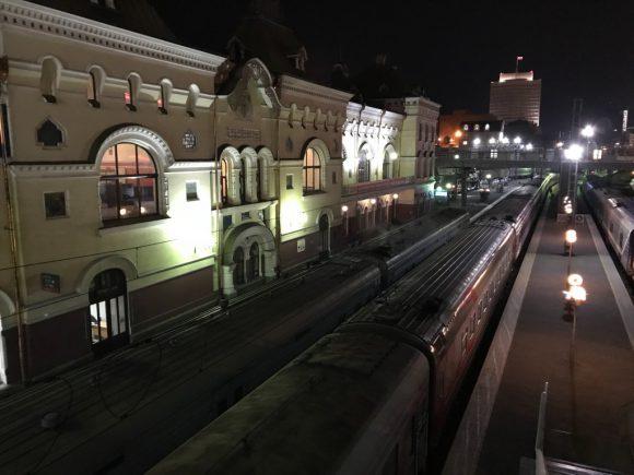 ウラジオストク駅夜 シベリア鉄道でロンドンまで3日目の日記
