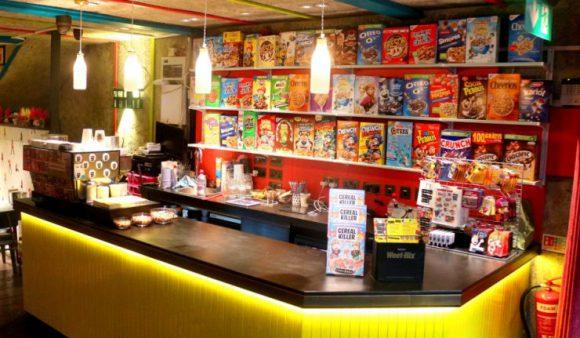 シリアルキラーカフェのカウンター