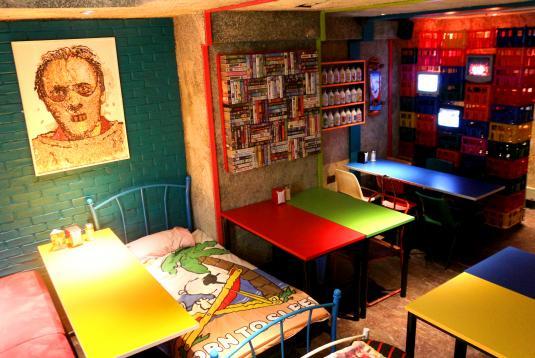 シリアルキラーカフェの壁にかかっているシリアルで出来たシリアルキラーの絵